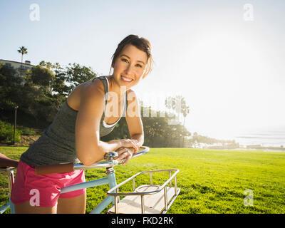 Jeune femme avec location in park Banque D'Images