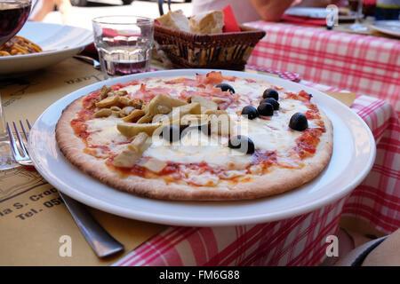 Un classique quattro stagioni pizza servi dehors dans un restaurant-pizzeria à Lucques, en Italie, le 06 juin, 2015 Banque D'Images