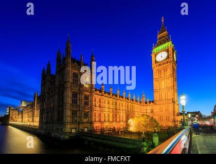 Voyageant dans le célèbre Big Ben, London, Royaume-Uni autour de Twilight Banque D'Images