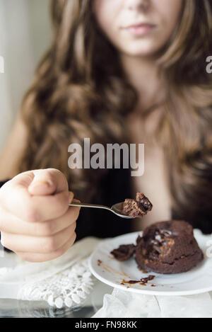 Young woman eating dessert au chocolat Banque D'Images