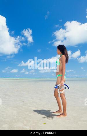 Mixed Race Solo traveler avec un tuba et masque sur une belle plage tropicale, vide Banque D'Images