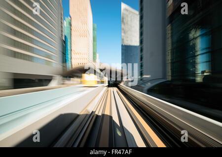 Un flou motion sur le chemin de fer dans la région de Tokyo, quartier de Shiodome. Banque D'Images