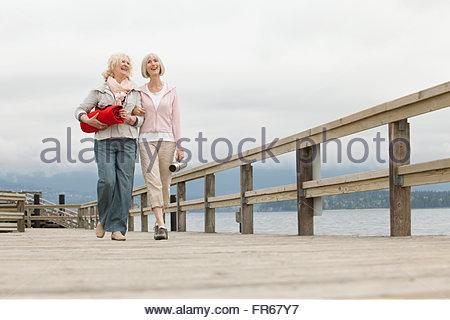 Les amis de marcher sur la jetée en bois Banque D'Images