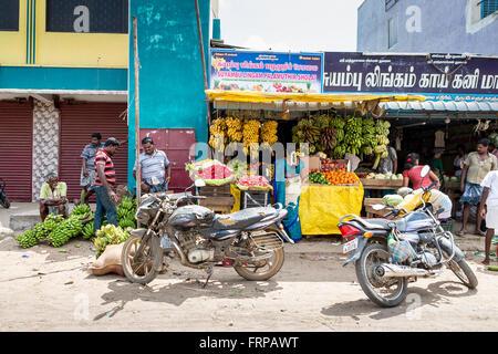Étal de fruits au bord de la route dans le district de Kancheepuram, Maduranthakam du Tamil Nadu, avec les populations Banque D'Images
