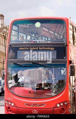 Par autobus hybride électrique de la technologie en centre-ville d'Oxford. Banque D'Images