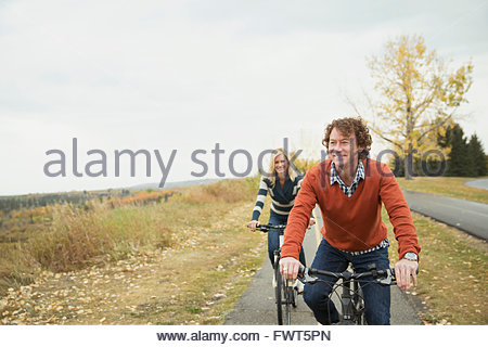 D'âge mûr à vélo sur voie dans park Banque D'Images