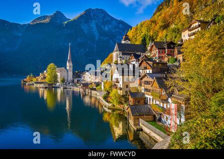 Scenic photo-carte postale de Hallstatt célèbre village de montagne Hallstaetter Lake dans les Alpes en automne Banque D'Images