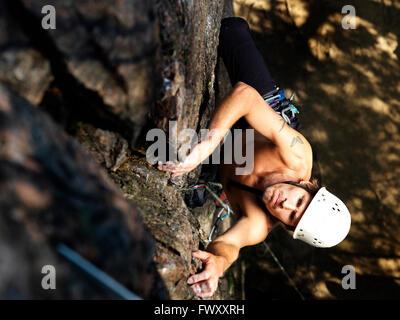 La Suède, l'océan, Agelsjon, Man climbing rock Banque D'Images