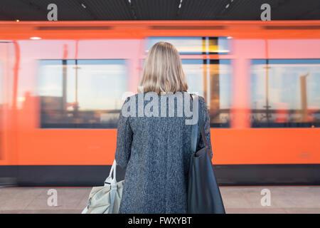 La Finlande, Helsinki, Uusimaa, Rear view of woman standing on Métro Helsinki Banque D'Images