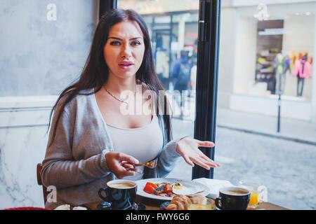 Client mécontent dans restaurant, femme en colère se plaindre de la nourriture et le service in cafe Banque D'Images