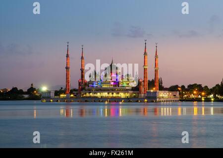 Voir la soirée de mosquée de cristal à Kuala Terengganu, Malaisie Banque D'Images