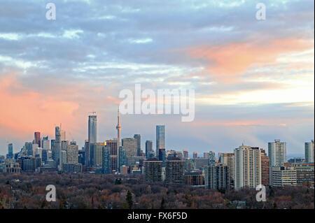 Toronto city skyline avec de grands bâtiments y compris la Tour CN, les bâtiments des entreprises et des banques Banque D'Images