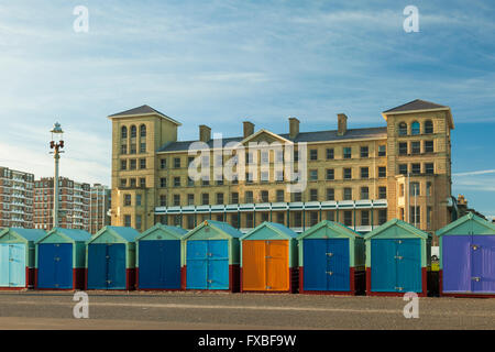 Cabines colorées à Hove, East Sussex, Angleterre. Banque D'Images