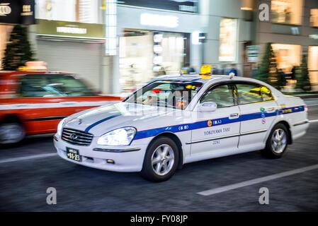Taxi sur Chuo Dori à Ginza, Chuo district de luxe de la ville de Tokyo, Japon Banque D'Images