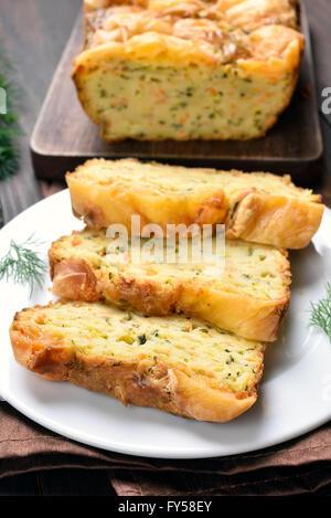 Légumes en tranches de pain humide avec des courgettes, fromage, oeufs,carotte Banque D'Images