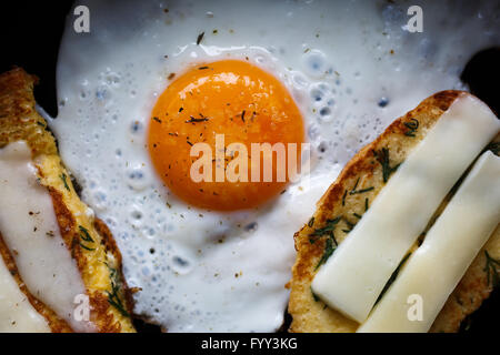 Œuf frit et du pain avec du fromage Banque D'Images