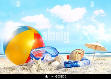 Journée à la plage avec lunettes et ballon de plage Banque D'Images