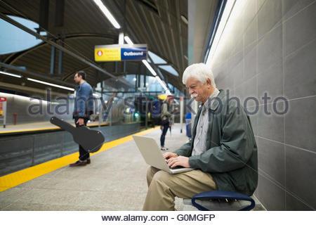 Senior sur la plate-forme de la station de métro Banque D'Images