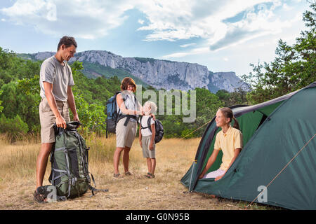 Famille rasting au camping Banque D'Images