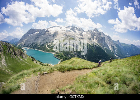 Man and Woman riding mountain bikes le long trail, Dolomites, Italie Banque D'Images
