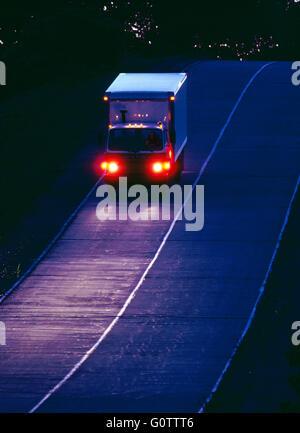 Chariot qui se déplace sur la route de nuit Banque D'Images