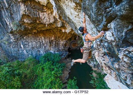 Jeune homme escalade, près de Thakhek, Khammouane, Laos Banque D'Images