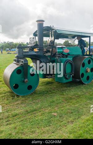 Machine à vapeur d'avance à un véhicule ancien et la vapeur rassemblement à l'Rhug Estate dans le Nord du Pays de Banque D'Images