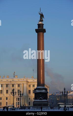 La Russie. Saint Petersburg. Alexander colonne de la Place du Palais. Il a été conçu par Auguste de Montferrand Banque D'Images