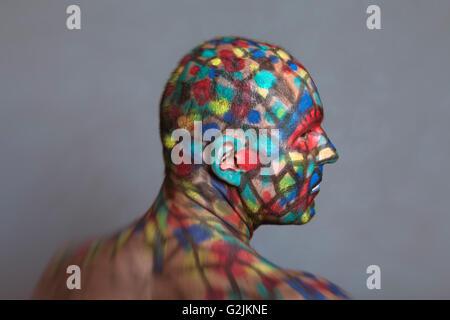 Portrait de profil de super-héros, l'art de corps colorés avec Tilt Shift et effet de flou. Banque D'Images