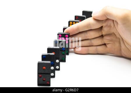 Businessman hand l'arrêt d'effet domino isolées sur fond blanc avec copie espace - solution d'entreprise, stratégie Banque D'Images