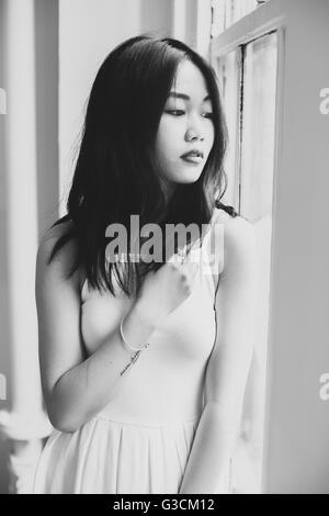 Piscine avec un modèle asiatique Banque D'Images