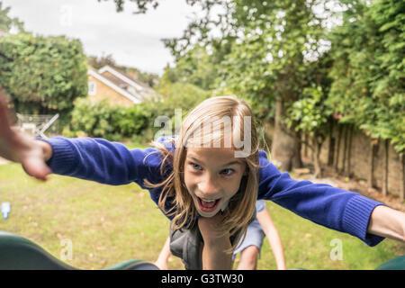 Une jeune fille de 10 ans, en uniforme d'escalade sur le terrain de jeu autonome. Banque D'Images