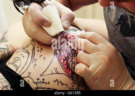 Le tatouage sur la fille Maître cuisse, close-up Banque D'Images