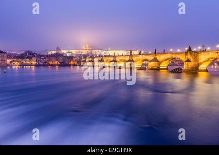 Le pont Charles de Prague la nuit Banque D'Images