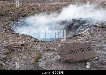 Islande: l'eau bouillante de la petite dans la région de geyser geyser, le célèbre geyser, déversant périodiquement Banque D'Images