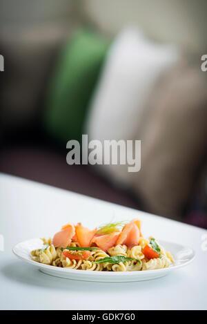 Saumon fumé, tomate et basilic bio salade de pâtes fraîches avec une sauce à la crème, la ricotta et l'aneth Banque D'Images