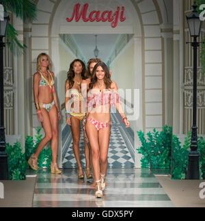 MIAMI BEACH, FL - Juillet 17, 2016: Modèles à pied la piste à la Collection Maaji 2017 Funkshion à nager Fashion Banque D'Images