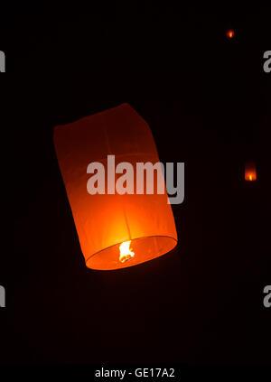 Lanterne flottante dans Yee Peng festival, lanternes flottantes bouddhiste au Bouddha en Sansai district, Chiang Banque D'Images