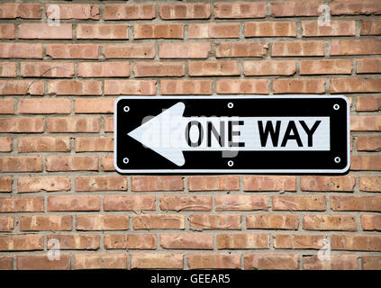 One way sign contre un mur de briques Banque D'Images