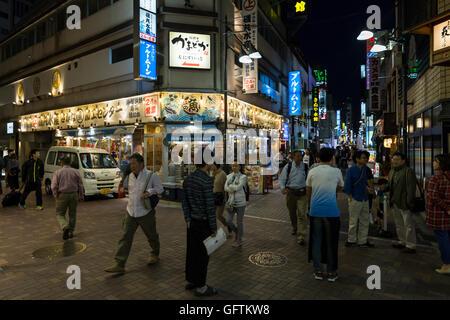 Vie nocturne avec publicité lumineuse dans les petites rues autour de la Gare de Ueno à Tokyo, Japon Banque D'Images