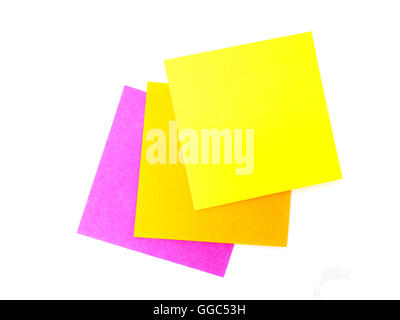 Post-it colorés sur fond blanc Banque D'Images