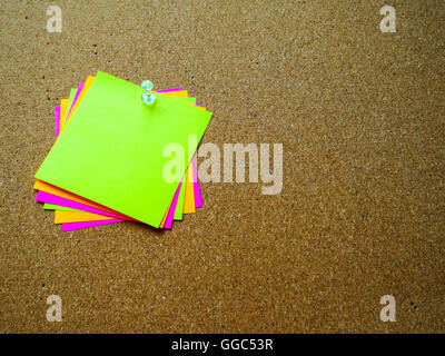 Post-it colorés sur bois board with copy space Banque D'Images