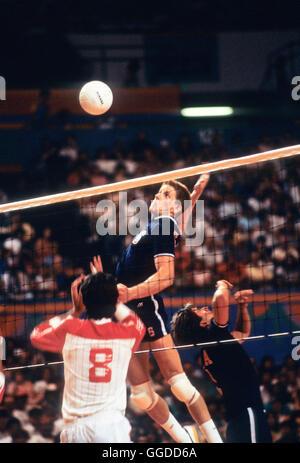 USA #6 Steve Timmons en action au cours de match à Long Beach Arena, les hommes de l'équipe de volley-ball aux Banque D'Images