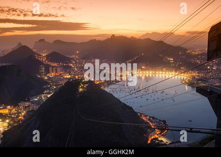 Vue depuis le mont Sugarloaf au coucher du soleil, Rio de Janeiro, Brésil, Amérique du Sud Banque D'Images