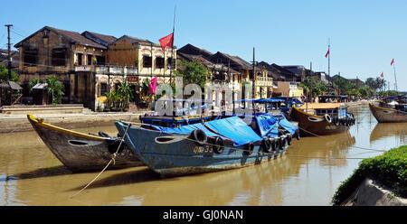 Restaurants et bateaux, la rivière Thu Bon, Hoi An, Vietnam Banque D'Images