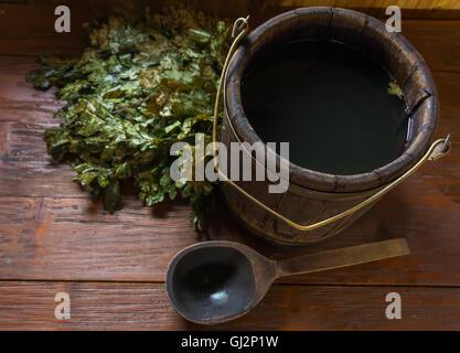 Accessoires pour bain de vapeur sur une surface en bois Banque D'Images