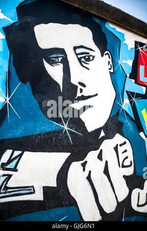 Détail de fresque graffiti sur le mur de Berlin, East Side Gallery, Friedrichshain, Berlin, Allemagne. Banque D'Images