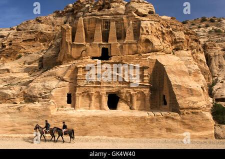 Petra, JORDANIE --- cavaliers passant Bab Al-Siq Triclinium à Pétra --- Image par © Jeremy Horner Banque D'Images