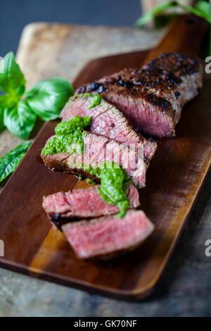 Steak avec de la salsa verde Banque D'Images