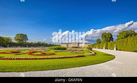 Vue panoramique sur jardin dans le complexe du palais de Schonbrunn. Banque D'Images